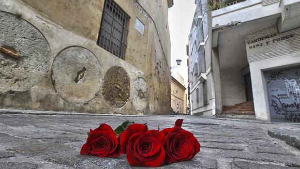 Rosas en el lugar donde fueron asesinados Alberto y Ascen