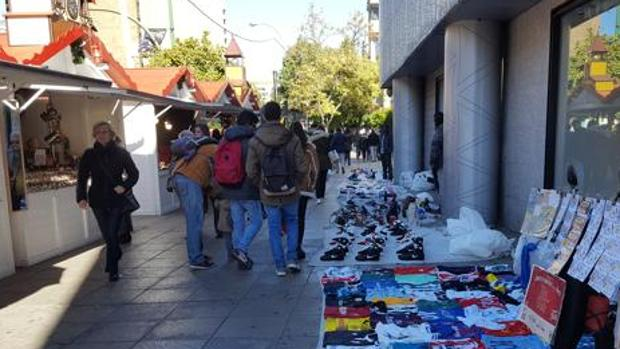 «Top manta» en la avenida Luis de Morales, junto a Nervión Plaza, estas navidades