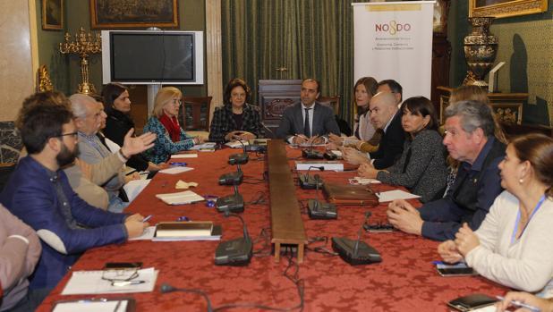 Reunión de Carmen Castreño y Javier Millán con los comerciantes