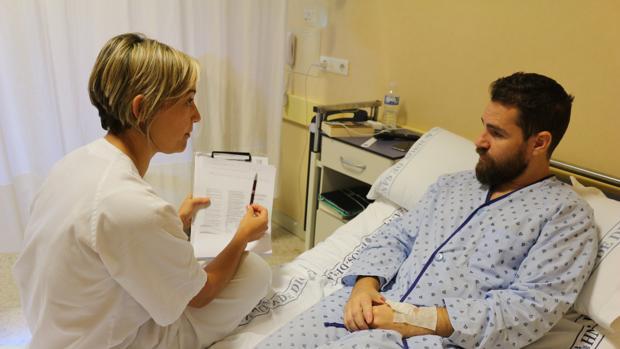 Un paciente junto a la médica