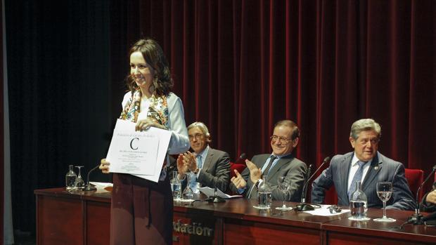 Federico Trillo entregando el diploma acreditativo a la premiada