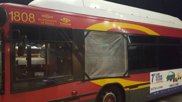 Imagen de archivo de un autobús apedreado en Sevilla