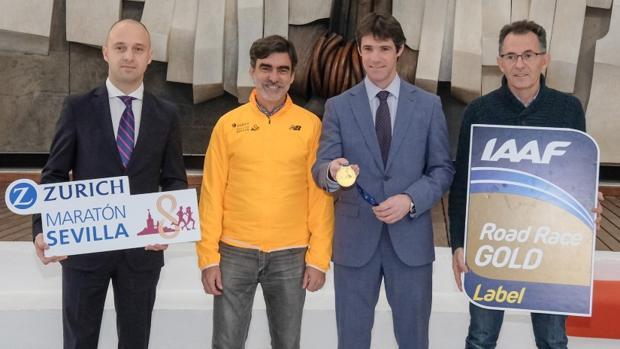 El delegado de Deportes, David Guevara, junto a José Manuel Roas, presenta la medalla conmemorativa de la cita