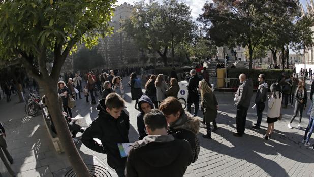 Turistas en el entorno del Real Alcázar de Sevilla