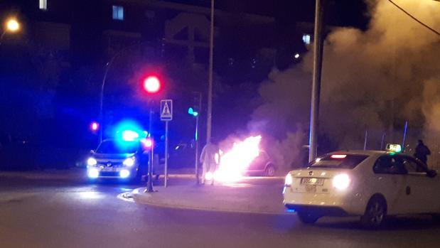 La Policía Local ha cortado la calle en cuestión para actuar en la zona
