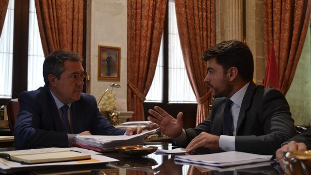 Juan Espadas y Beltrán Pérez en una reunión