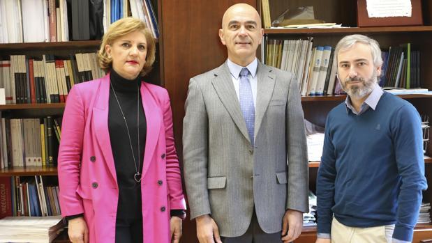 Rocío Marín, directora del Instituto de Medicina Legal (IML) de Sevilla; Julio Guija, jefe del servicio de Psiquiatría del IML; y Lucas Giner, profesor del Departamento de Psiquiatría de la Facultad de Medicina