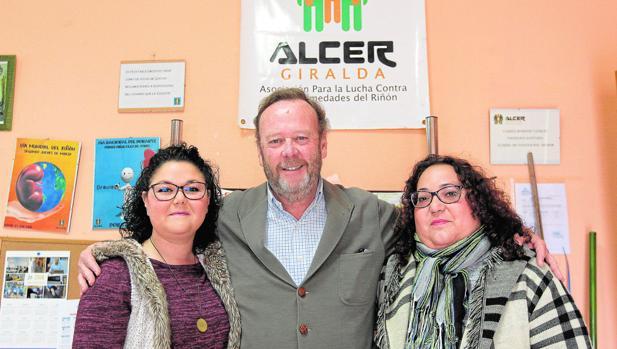 Pablo Beca con Carmen Cepeda y Sofía Pastor en la sede de Alcer Giralda, una asociación que, sobre todo, ampara al enfermo renal