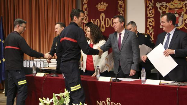 Juan Espadas y Juan Carlos Cabrera entregan distinciones