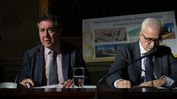 Juan Espadas junto al consejero Jiménez Barrios informando sobre el proyecto de Memoria Histórica