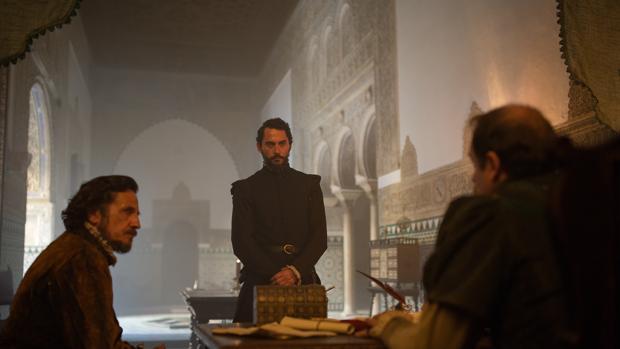 Una escena del rodaje de la serie «La Peste» en el Real Alcázar de Sevilla