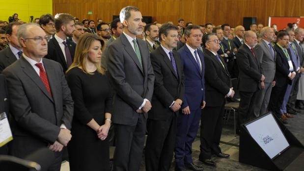 El Rey, junto a Susana Díaz y el ministro Rafael Catalá, en el minuto de silencio por Gabriel guardado en la Digital Week