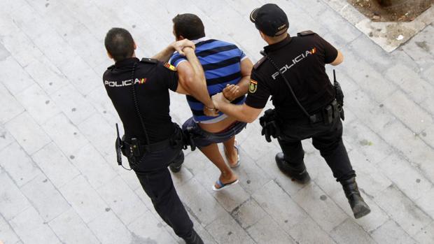 Policías detienen a un delincuente