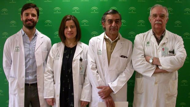 A la derecha el director de la unidad de gestión clínica de Cirugía General y Digestiva, doctor Pablo Martínez, acompañado de los tres cirujanos más implicados en esta técnica: los doctores Octavio Mulet, Esther Cáceres y Jesús Cañete