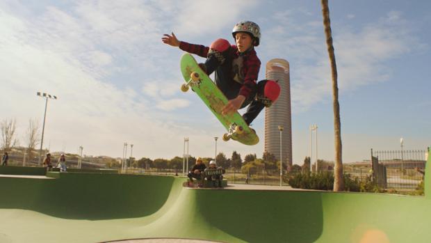 David Parrilla patinando en el skate de Plaza de Armas con la Torre Sevilla al fondo