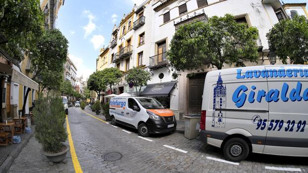 Furgonetas aparcadas en la zona de carga y descarga de Mateos Gago