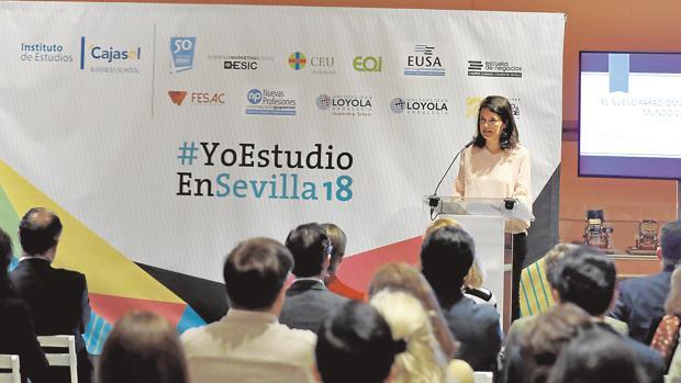 Isabel Aguilar se dirige a los asistentes a la presentación de #YoEstudioEnSevilla18