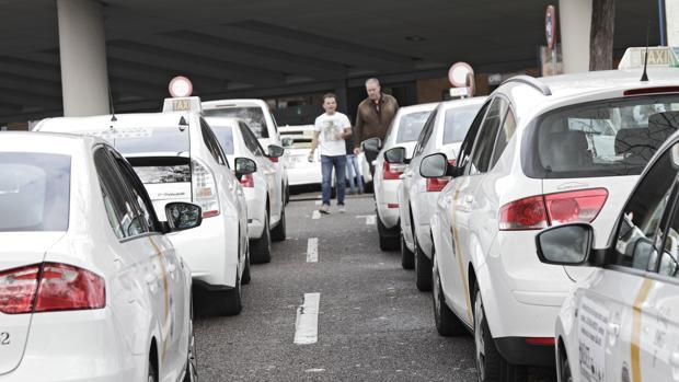 Taxis ante la entrada principal de Santa Justa