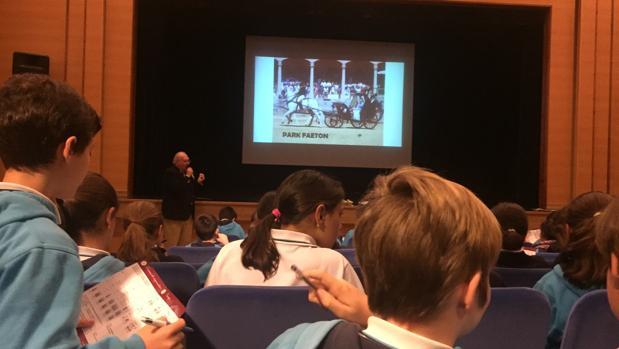 Escolares atienden una de las explicaciones sobre los tipos de carruajes y la forma de enganchar