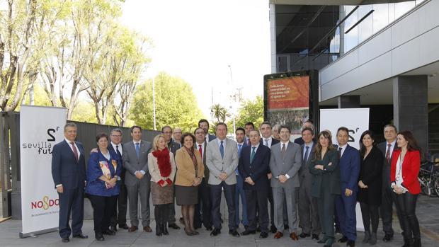 El alcalde, junto a representantes de empresas, universidades e instuciones de Sevilla Futura