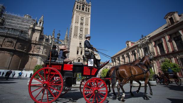Uno de los carruajes participantes en el Concurso de Enganches, con la Giralda de fondo