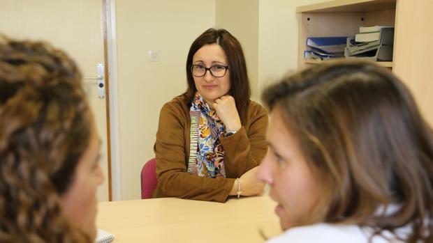 Ana González escucha las explicaciones de las doctoras Martínez Maestre y Sánchez Oliver