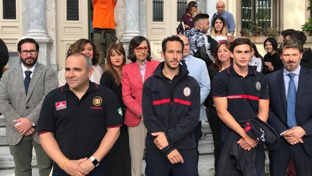 Los bomberos de Proem-AID junto a la representación oficial de las distintas administraciones