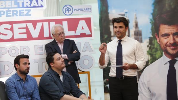 El candidato, Beltrán Pérez, durante su intervención