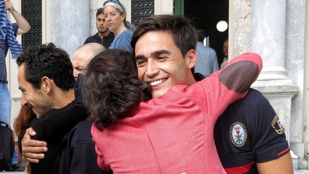 La consejera de Justicia de la Junta de Andalucía, Rosa Aguilar, abraza a José Enrique Rodríguez
