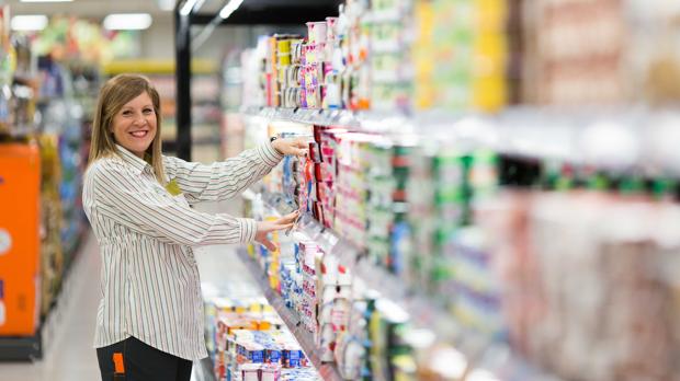 Una empleada de Mercadona en el interior de uno de los supermecados