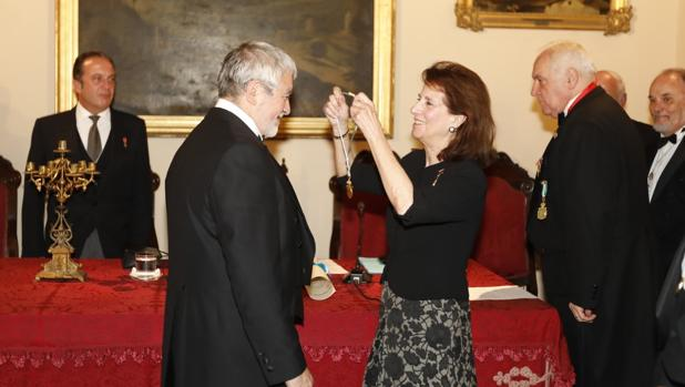 Isabel de León imporne a Juan Manuel Miñarro la medalla de la corporación