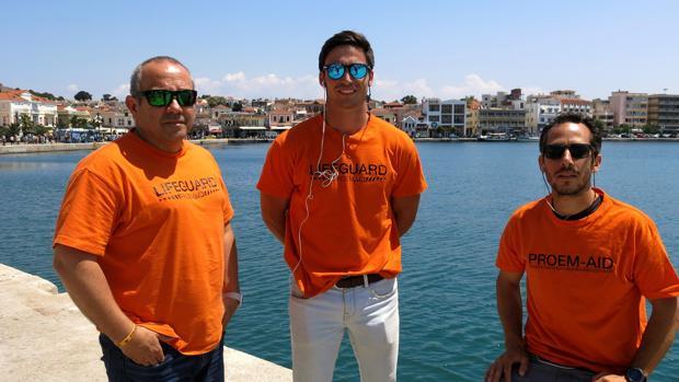 Los tres bomberos absueltos ayer en la capital de Lesbos, Mitilene