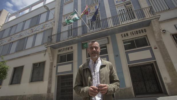 El director del instituto San Isidoro, Rodrigo Alba, en la fachada principal del centro educativo