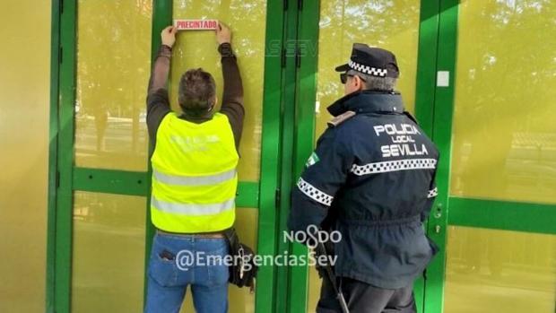 Agentes de la Policía Local precintan el establecimiento