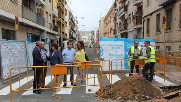 La delegada del Distrito Triana, Carmen Castreño, durante las visita a las obras de la calle Virgen de Fátima