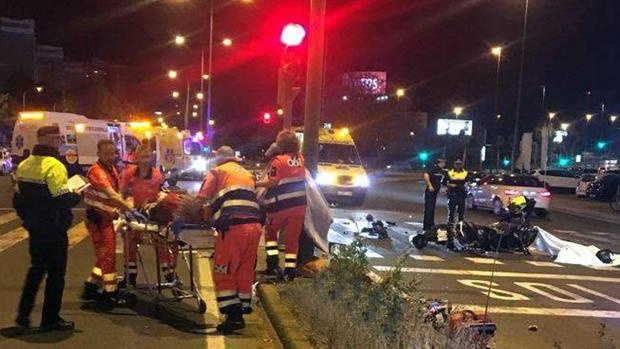 Sanitarios y policías locales asisten a los heridos del accidente