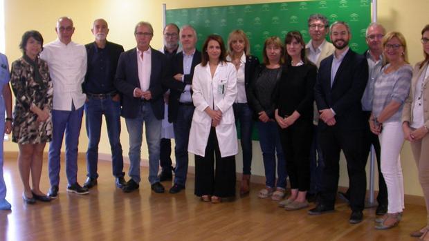 equipo conjunto de trabajo de ambas comunidades autónomas junto a la directora gerente de Valme en el centro, Silvia Calzón; y a la izquierda, el coordinador de Trasplantes de Valme, José Antonio Román.