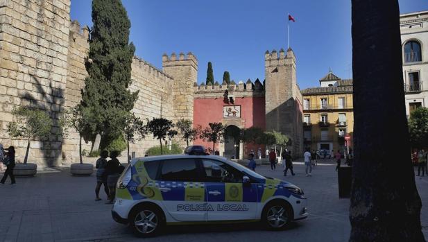 La Policía Local ante la entrada del Alcázar