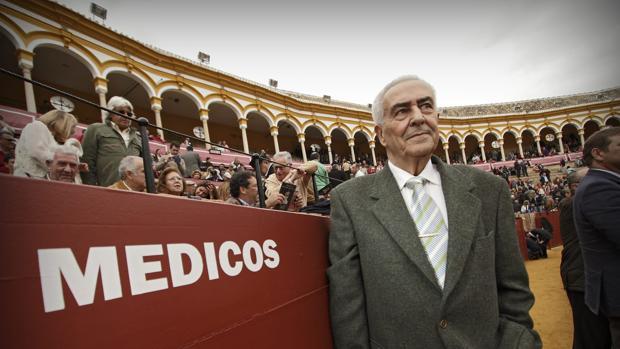 El doctor Ramón Vila, delante del burladero de los médicos en el callejón de la Maestranza