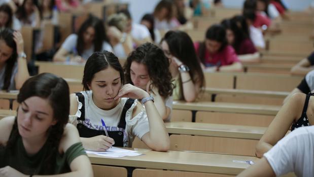 Alumnas examinándose en la Facultad de Derecho