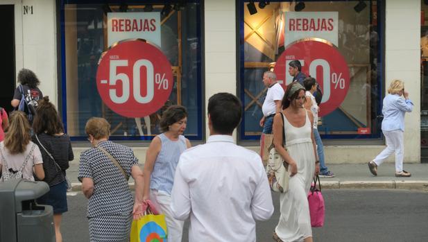Un escaparate de un comercio anuncia rebajas del 50 por ciento