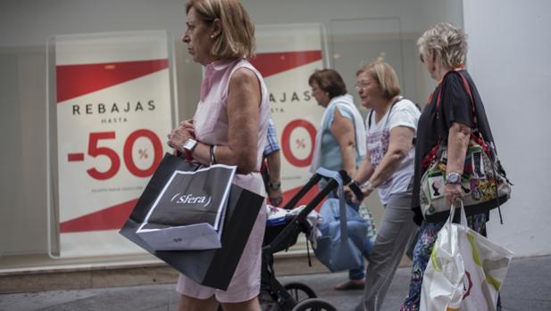 Un escaparate de un comercio del Centro anuncia rebajas del 50 por ciento