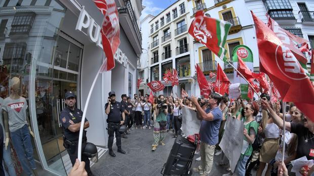 Piquetes a las puertas de un establecimiento en el Centro de Sevilla
