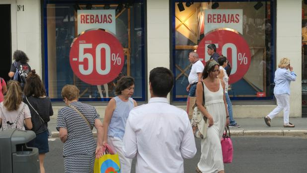 Las rebajas de verano atraen a muchos consumidores a los comercios
