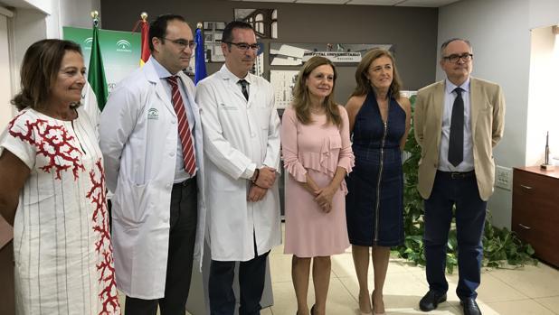 La consejera de Salud, en el centro, con responsables del hospital