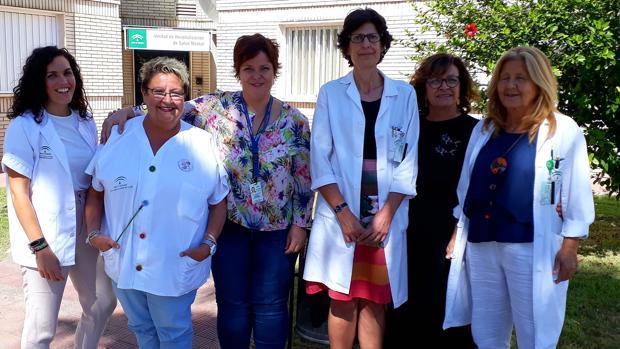 Participantes en el trabajo galardonado junto a las responsables de la unidad clínica