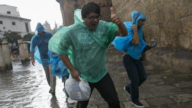 Las lluvias débiles podrían quedarse en Sevilla al menos hasta el mediodía del viernes