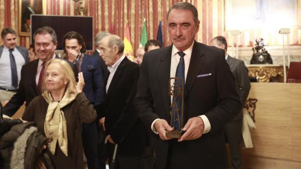 Carlos Herrera con su galardón en el Ayuntamiento de Sevilla