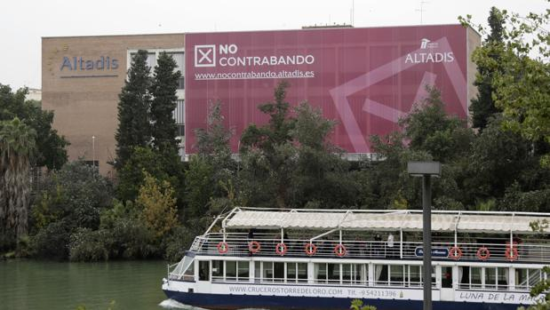 Una lona gigante cubre la fachada de la antigua fábrica tabaquera de Los Remedios como parte de la campaña