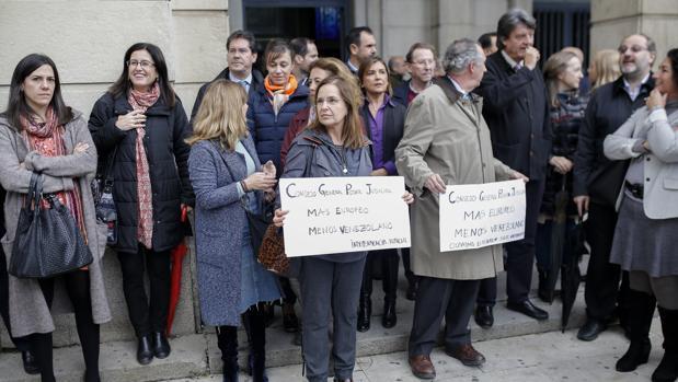 Jueces y fiscales se han concentrado en la puerta de los Juzgados de Sevilla